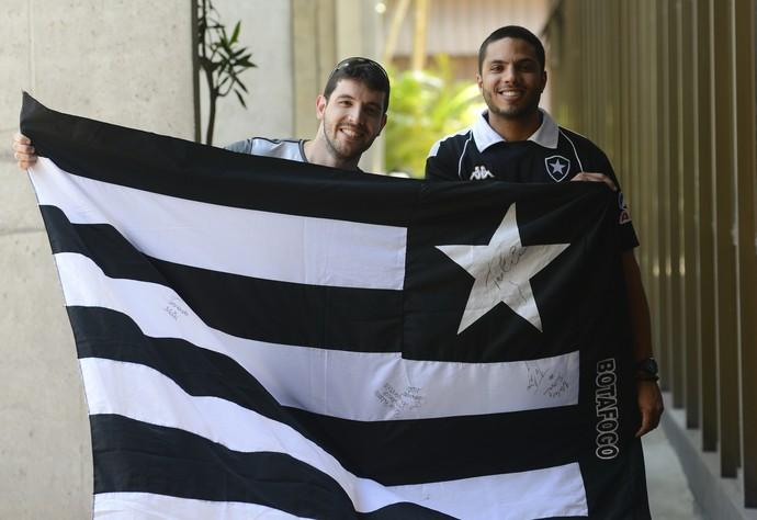 Caio Ferreira e João Guilherme Deodoro, torcedores do Botafogo (Foto: Vitor Jubini/A Gazeta)