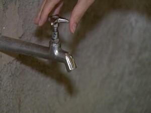 Moradores continuam convivendo com a falta da água (Foto: Reprodução/TV Integração)