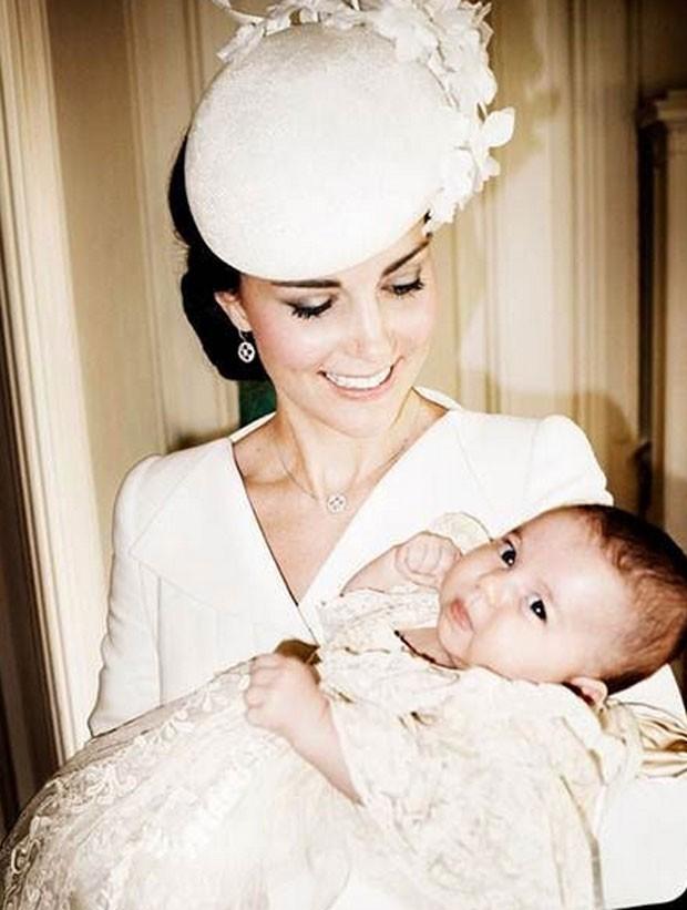 Kate Middleton segura a princesa Charlotte no dia de seu batizado (Foto: Reprodução/Instagram/Kensington Palace)