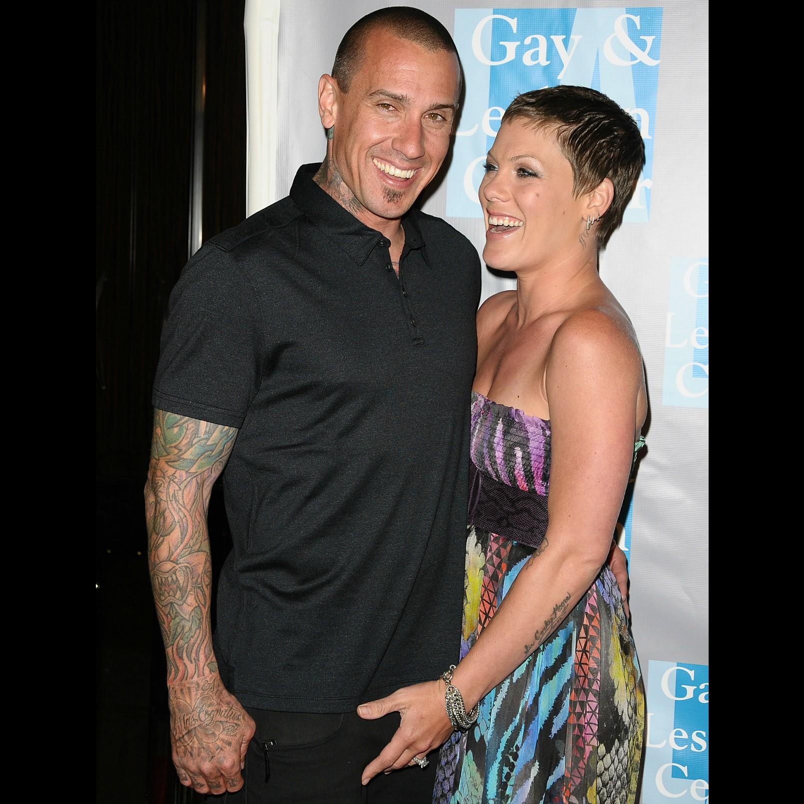A cantora Pink e o marido, Carey Hart, em um evento pelos direitos das lésbicas em Beverly Hills, Califórnia, em maio de 2010. (Foto: Getty Images)