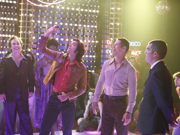 Rodrigo Simas se diverte ao registrar todos os momentos da Boogie Oogie durante o concurso de dança (Foto: Inácio Maraes/TV Globo)