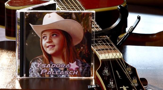 A jovem Ysadora Pallasch tem um CD gravado para divulgação e conta que planeja ter muitos outros no futuro (Foto: reprodução EPTV)