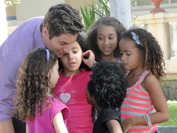 """Fabian é só carinho com suas """"bonitinhas"""" (Foto: Cheias de Charme / TV Globo)"""