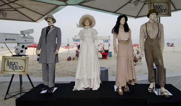 Público pode conferir quatro manequins com réplicas dos figurinos usados pelos principais personagens (Foto: Divulgação/ TV Globo)