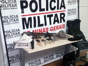Armas foram apreendidas em carro usado por criminosos em Cristais (Foto: Polícia Militar)