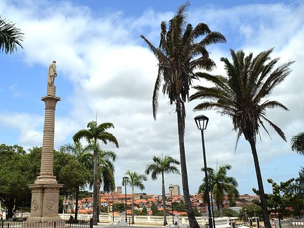 Do alto, estátua de Golçalves Dias 'observa' baía de São Marcos (Foto: Maurício Araya / G1)