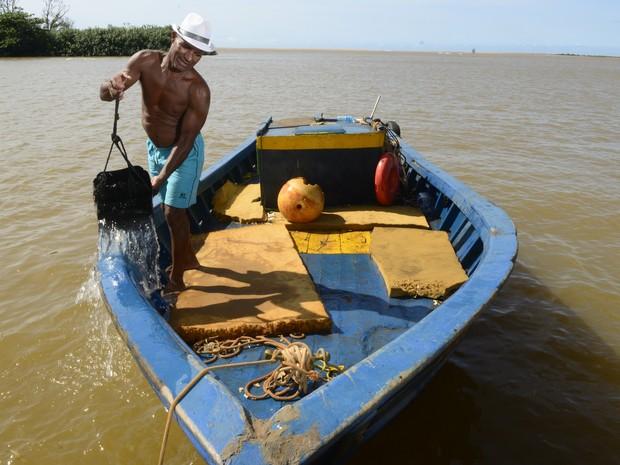 Sem trabalho, 2 mil pescadores vivem do auxílio da Samarco no Espírito Santo (Foto: Ricardo Vervloet/ A Gazeta)