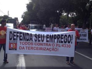 Manifestantes seguiram em passeata pela Avenida Frei Serafim, Centro de Teresina (Foto: Catarina Costa/G1)