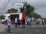 Trabalhadores fazem protesto contra demissões na Ford em Taubaté, SP