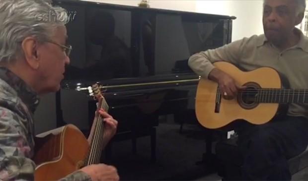 Caetano e Gil nos bastidores do show da turnê europeia (Foto: Reprodução)