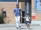 Cristiano Ronaldo busca o filho na escola