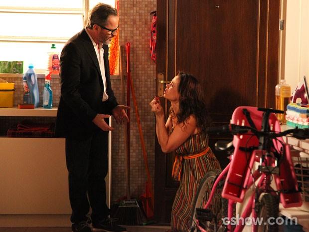 Fernando tenta acalmar Juliana (Foto: Carol Caminha / TV Globo)