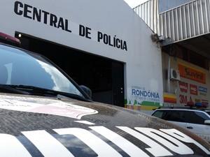 Suspeito foi detido na Central de Polícia com moto supostamente roubada em Porto Velho (Foto: Toni Francis/G1)