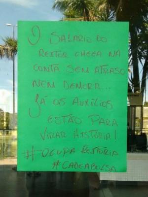 Os estudantes ocuparam a reitoria pelo atraso no pagamento das bolsas (Foto: Estudantes em Luta pelo Direito à Permanência/ Facebook)