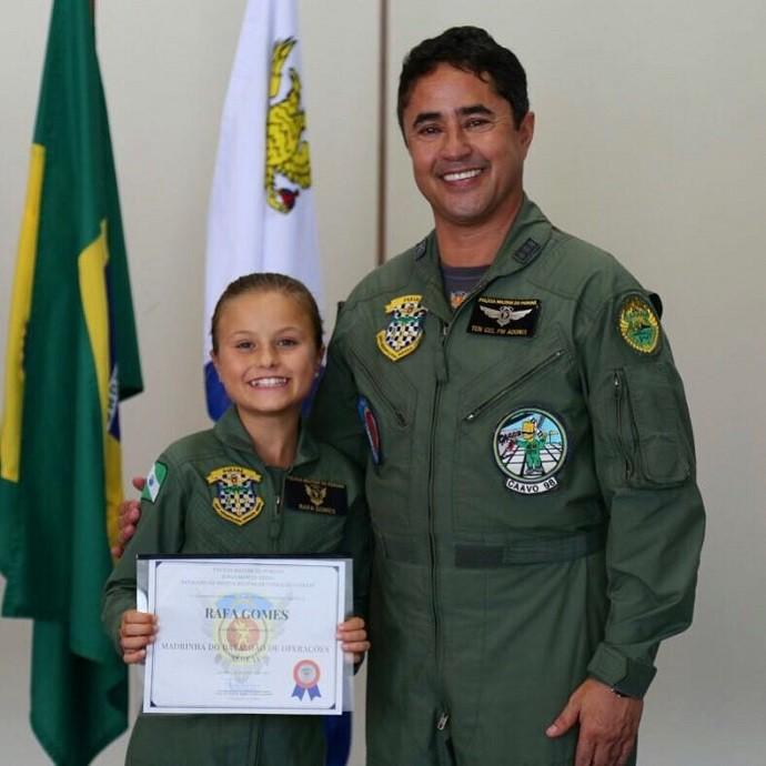 Ela recebeu um certificado das mãos do comandante do BPMOA, Tenente- Coronel Adonis (Foto: Arquivo pessoal)