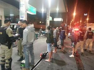 Cerca de 150 pessoas foram vistoriadass (Foto: Polícia Militar/Divulgação)