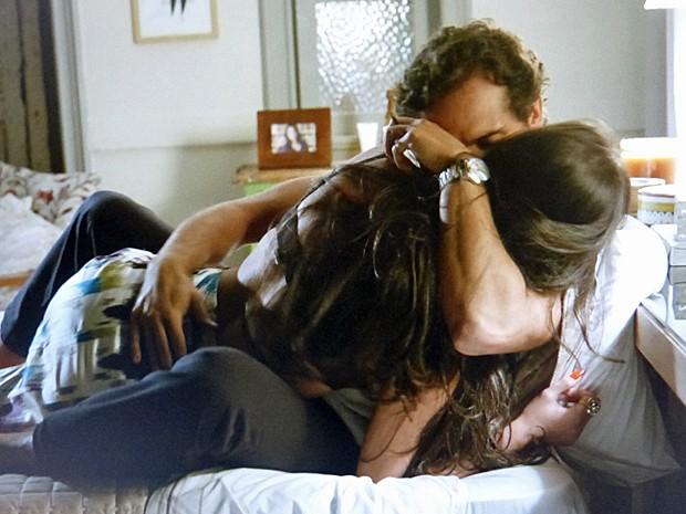 Carmem seduz o amado e bola plano com Orville (Foto: TV Globo)
