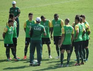 Moacir Júnior conversa com jogadores do América-MG (Foto: Tayrane Corrêa)