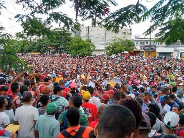 Cerca de cinco mil pessoas entregam currículos à sindicato no Cabo, PE (Foto: Reprodução/ WhatsApp)