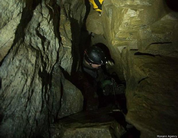 Apenas uma pessoa magra consegue passar pela parte mais estreita da caverna  (Foto: Monami Agency)