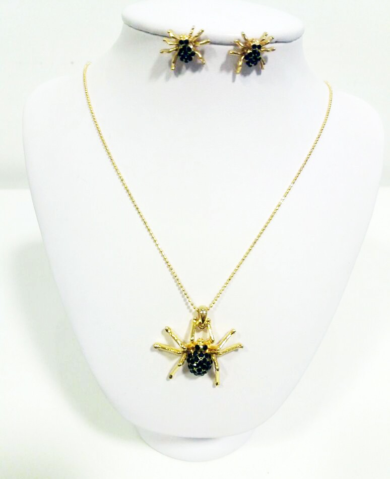Conjunto dourado de corrente e brincos de aranha com pedras pretas (Foto: Divulgação / Fulgore)