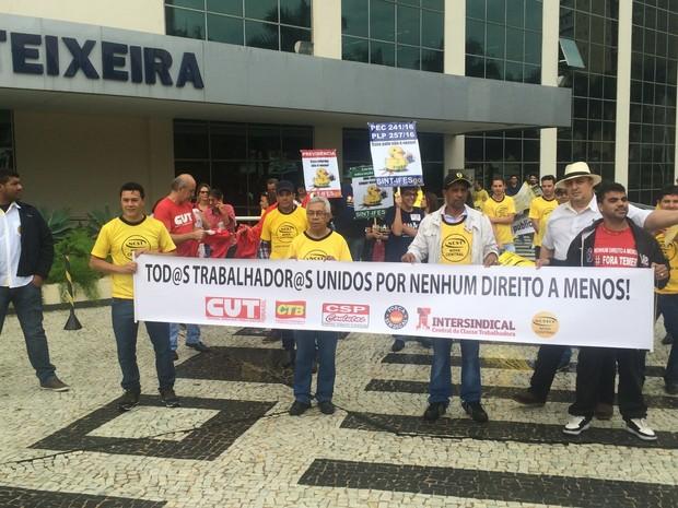 Grupo protesta contra mudanças nos direitos trabalhistas, em Goiânia, Goiás (Foto: Vitor Santana/G1)