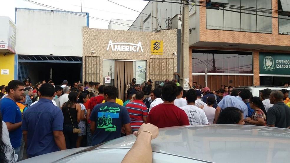 Multidão de curiosos ao redor do local do crime  (Foto: Divulgação)