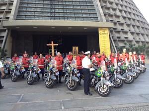 Motos da escolta do Papa Francisco são abençoadas na Catedral Metropolitana do Rio (Foto: Mariucha Machado/ G1)