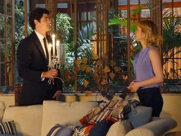 Sem gerador, Juliana e Nando são obrigados a ficar à luz de velas (Foto: Guerra dos Sexos / TV Globo)