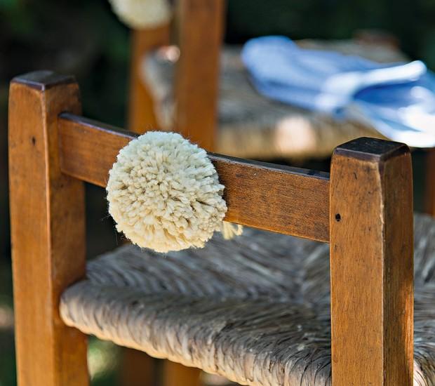 O pompom de lã da Novelaria faz as vezes de rabinho de coelho no banquinho (Foto: Cacá Bratke / Editora Globo)