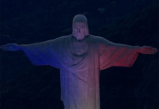 Cristo foi iluminado com as cores da França (Foto: Reprodução/TV Globo)