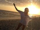 Rayanne Morais celebra feriado e mostra cinturinha fina no pôr do sol
