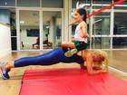 Flávia Alessandra faz exercícios com ajuda da filha Olivia: 'Sendo meu peso'