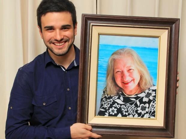 História de Fernando e da avó, dona Nilva, ganhou a internet e as páginas de um livro (Foto: Carlos Castilho/Divulgação)