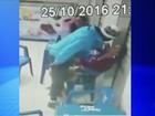 Jovem bate em mulher com socos e joelhadas e câmera registra agressão