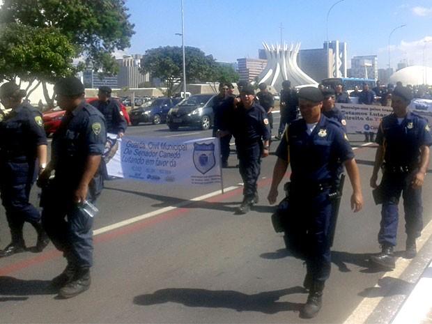 Guardas municipais marcham pela Esplanada para pressionar o Senado a aprovar a lei que tornar a categoria polícia municipal (Foto: Dayane Oliveira/G1)
