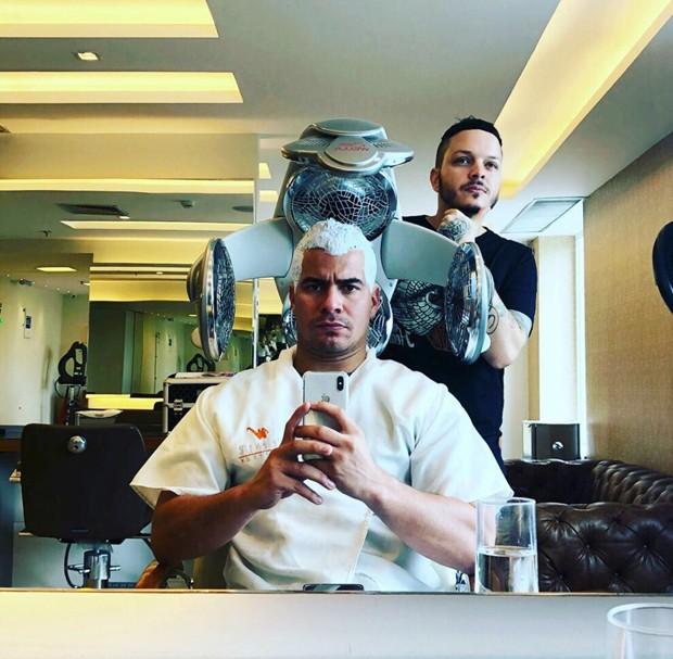 Thiago Martins mudando o visual com o cabeleireiro Bruno De Simone (Foto: Divulgação)