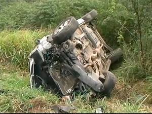 Carro de passeio capotou após colisão na BR-101. (Foto: Imagens/TV Bahia)