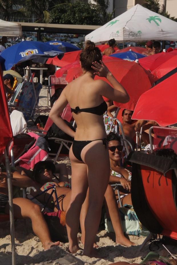 Alice Wegmann curte praia da Barra da Tijuca, RJ (Foto: Fábio Martins e Gabriel Rangel/Agnews)