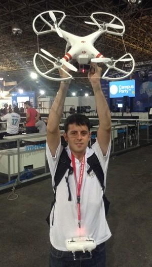 André Lorente mostra o drone que trouxe à Campus Party Brasil 2014 (Foto: Helton Simões Gomes/G1)