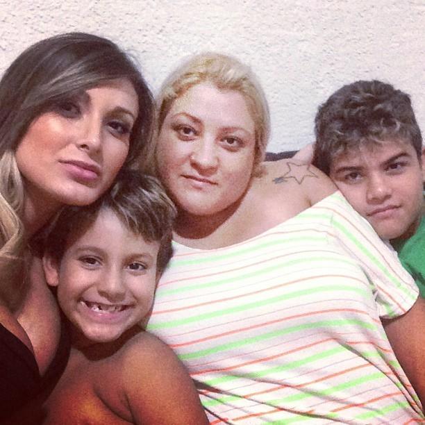 Andressa Urach com a mãe Marisete, o filho Arthur e o irmão caçula, Vinícius (Foto: Instagram / Reprodução)