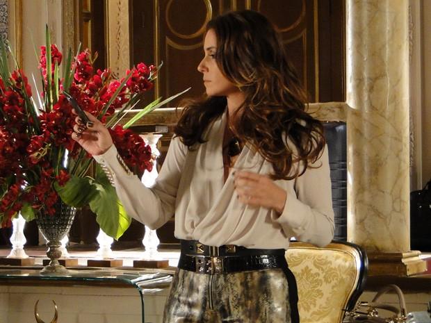 Helo se espanta com o nome de Adalgisa no celular de Berna (Foto: Salve Jorge/TV Globo)