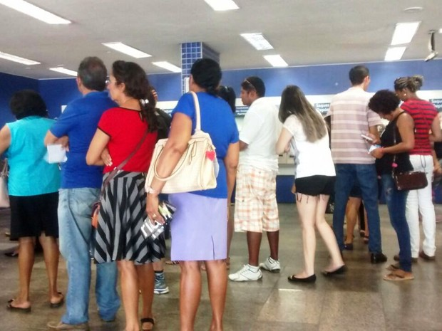 Longas filas nos caixas de atendimento por causa da grave dos bancários (Foto: Julaian Barros/G1)