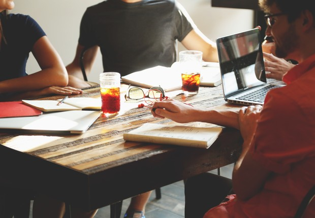 amizade no trabalho, amigos, startup, reunião (Foto: Pexels)