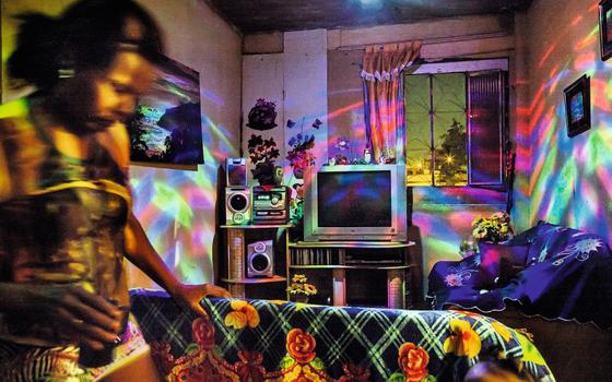 Apartamento iluminado  por globo de luz  (Foto:  Peter Bauza)