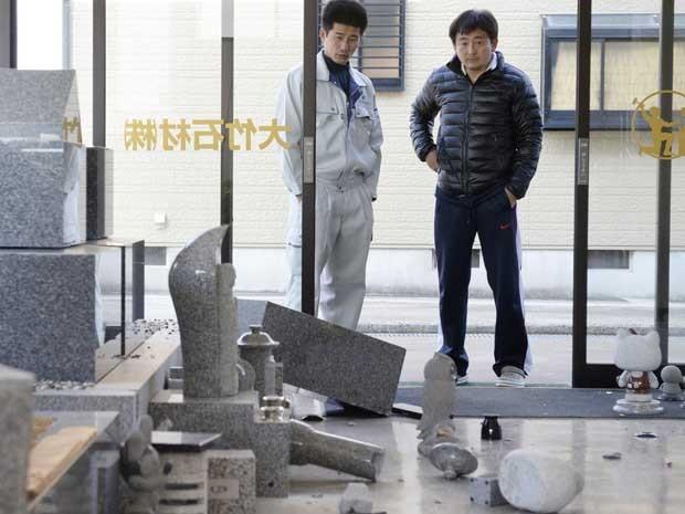 Terremoto derrubou pedras e vasos de uma loja em Awaji. (Foto: Kyodo News / AP Photo)