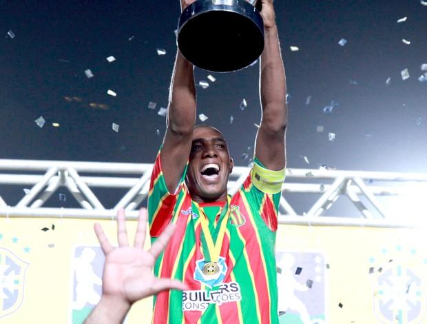 Arlindo Maracanã levanta o troféu da Série D (Foto: Biné Morais/O Estado)
