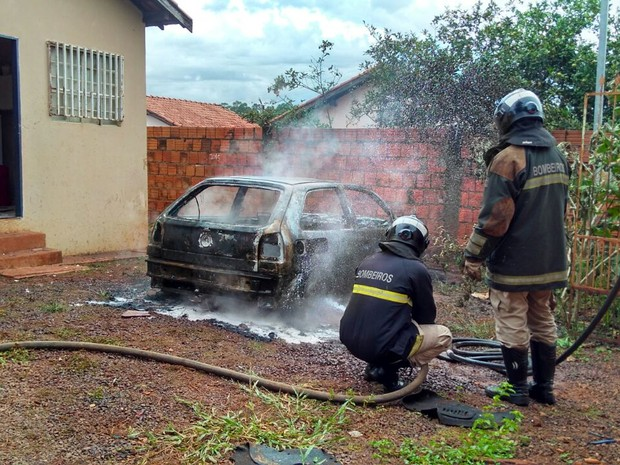 Bombeiros fazem rescaldo do incêndio no veículo (Foto: Osvaldo Nóbrega/ TV Morena)