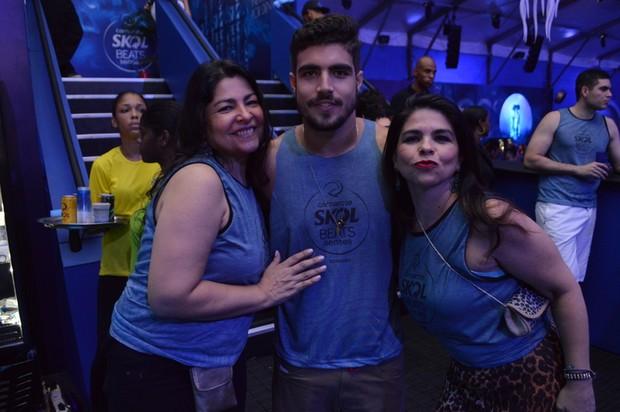Caio Castro ao lado de mãe e tia (Foto: Felipe Souto Maior/ AgNews)