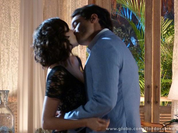 Hélio parte para o ataque e beija Mila (Foto: Flor do Caribe / TV Globo)